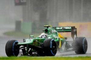 Гидо ван дер Гарде (Нидерланды) Кэйтерем (Сaterhem) CT03 врезался в стену, крыло в ловушке под машиной.Формула 1.Чемпионат мира.Гран при Австралии.Альберт-Парк.Квалификация.Суббота 13 марта 2013 года