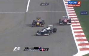 Уеббер (Ред Булл), проходит Алонсо (Феррари) в первом повороте, Гран-при Бахрейн