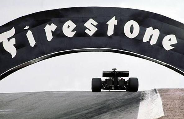 Эмерсон Фиттипальди,проезжая под мостом Файрпост. победитель Гран-при Испании 1972