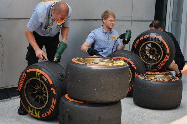 Инженеры Пирелии, работают с шинами на Гран-при Малайзии