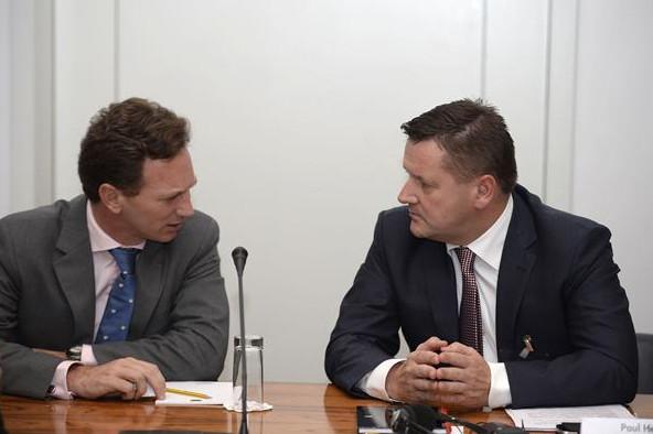Кристиан Хорнер (Ред Булл) и Пол Хембри (Пирелли),на слушании дела ФИА против Мерседес и Пирелли