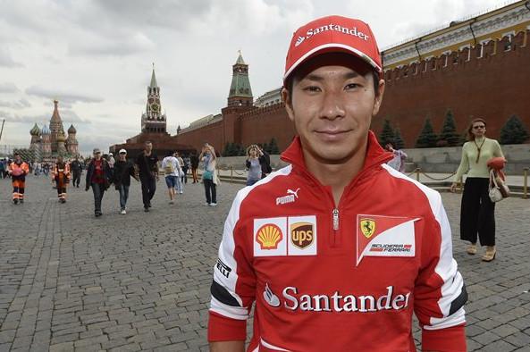 Камуи Кобаяши (Феррари) у стен Кремля