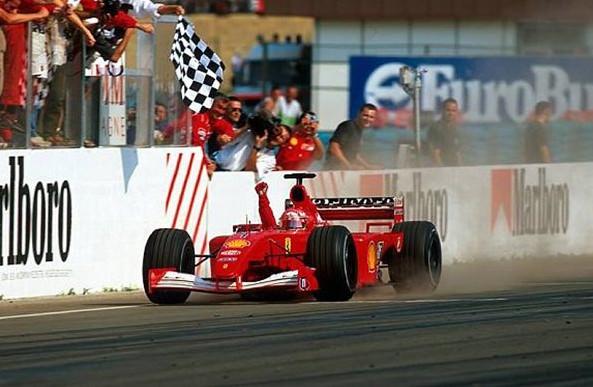 Михаэль Шумахер празднует свою победу на Гран-при Венгрии 2001