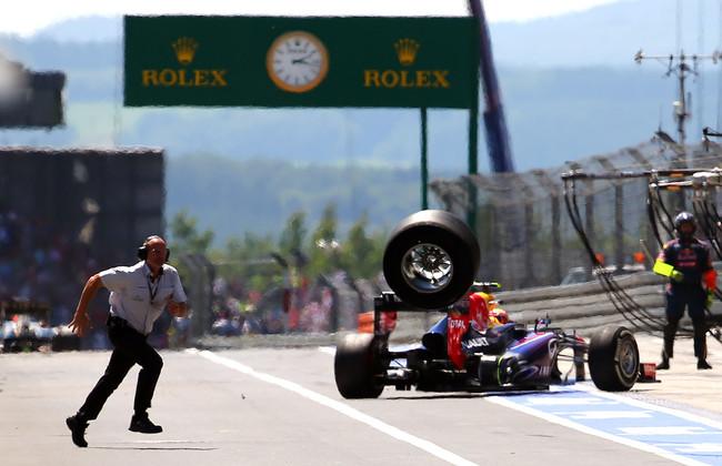 Оторвавшееся колесо на болиде Марка Уеббера (Ред Булл) на Гран-при Германии