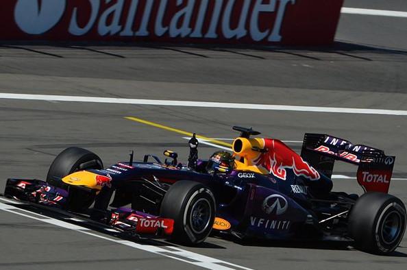 Себастьян Феттель, победитель Гран-при Германии, переская финишную линию