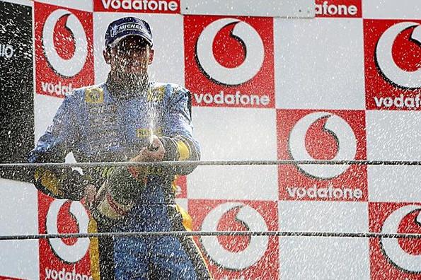 Джанкарло Физикелла (Рено) празднует победу на подиуме 2005 год