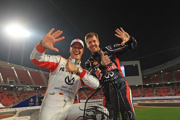 Михаэль Шумахер и Себастьян Феттель, праздную победу на кубке наций в Таиланде на стадионе Раджамангала