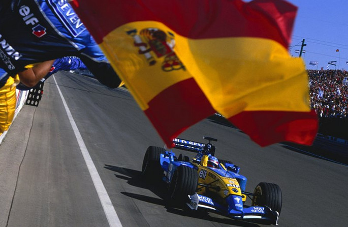 Алонсо поднимается на подиум победителем, это его первая победа, 2003 год