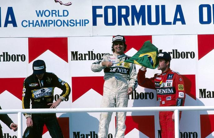 Моменты истории.Гран-при Венгрии.Нельсон Пике побеждает Айртона Сенну в битве бразильцев 1986 год
