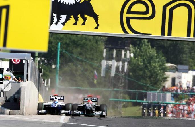 Шумахер пересекает финишную линию, вместе с бывшим напарником Баррикелло. 2010 год