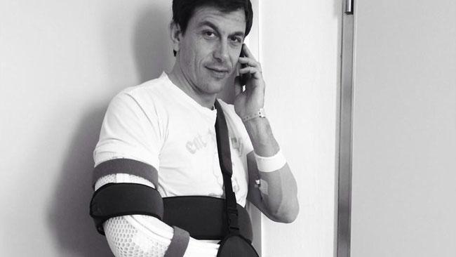 Тото Вольфф, упал с велосипеда и получил множественные травмы
