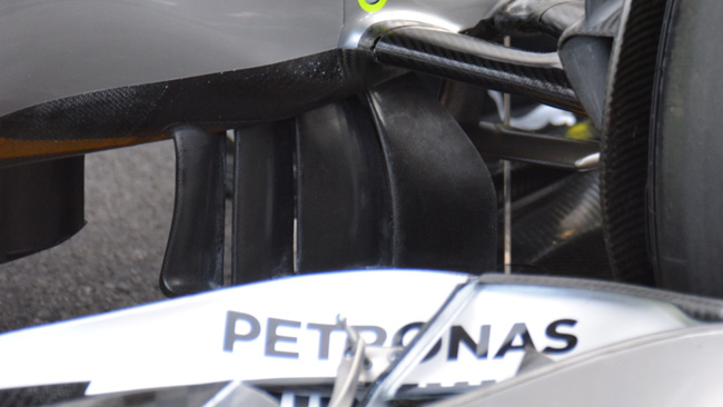 Мерседес W05, изогнутые лопасти в носовой части автомобиля