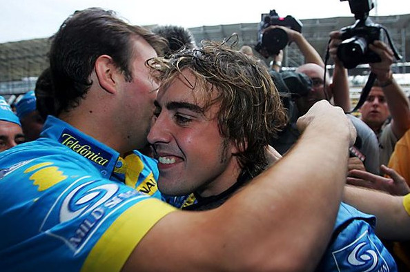 Алонсо празднует свой первый чемпионский титул в Рено 2005 год
