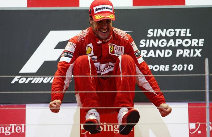 Алонсо прыгает от счастья, после того как справился с давлением Феттеля в гонке, 2010 год