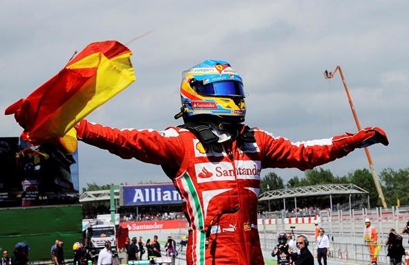 Фернандо Алонсо, празднует победу в Барселоне, 2013 год