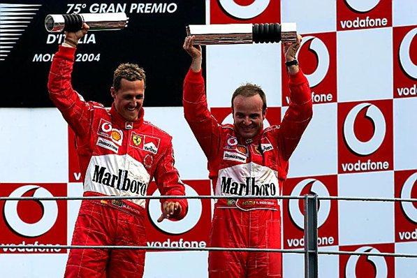Феррари 2004, Михаэль Шумахер и победитель гонки в Монце Рубенс Баррикелло празднуют победу