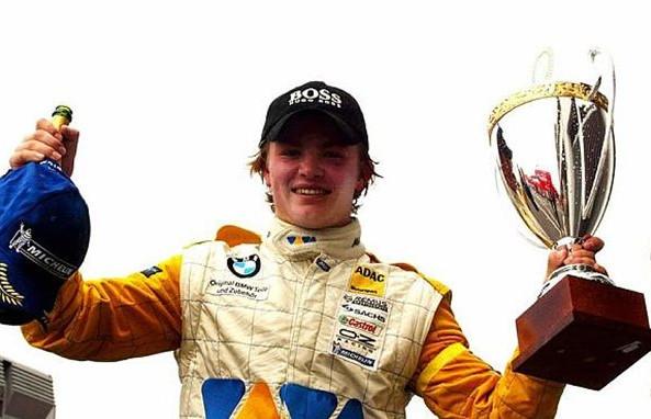 Нико Росберг (Фин) празднует победу в БМВ Формула ADAC, Нюрнбургринге,Германия,23 июня 2002 года