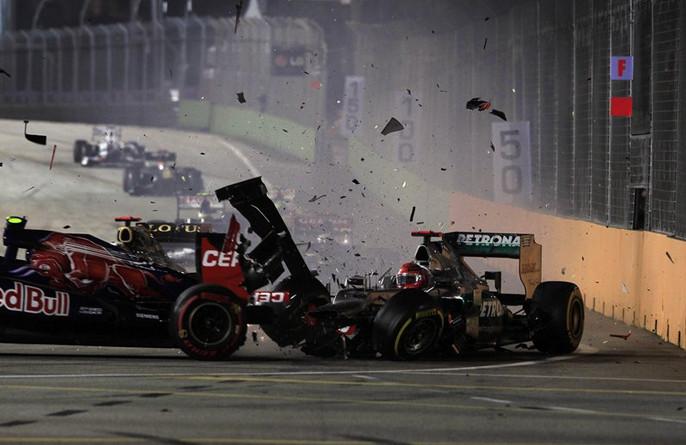 Шумахер врезается в заднюю часть болида Верня, 2012
