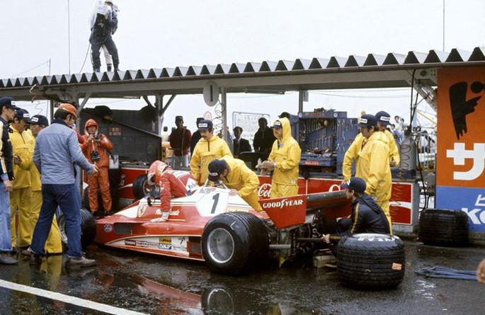 Моменты Истории.Гран-при Японии.Джеймс Хант завоёвывает титул чемпиона 1976 года на Фуджи, Лауда сходит с трассы.