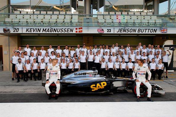 Макларен 2014, Магнуссен и Баттон, совместное фото команды на Гран-при Абу-Даби