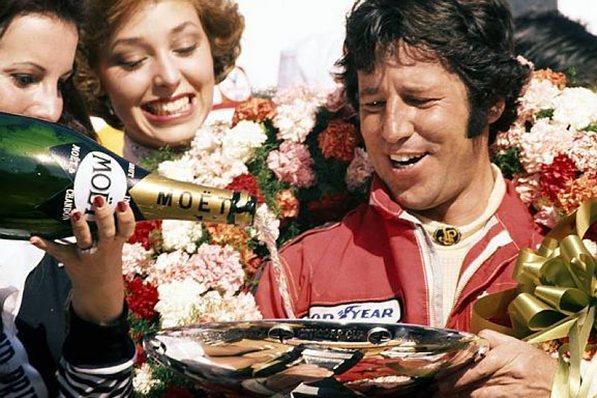 Марио Андретти празднует победу в домашнем гран-при, Лонг Бич, США, 3 апреля 1977