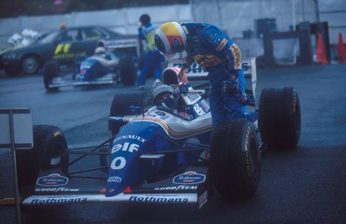 Шумахер поздравляет Хилла, после фиеричного боя, Сузука, 1994 года
