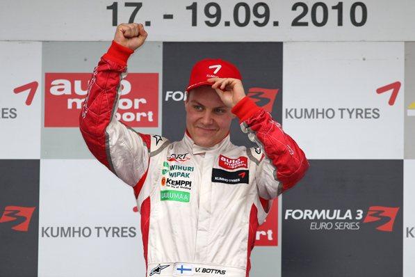 Вальттери Боттас, победитель гонки, за команду АРТ в GP2, сентябрь 2010
