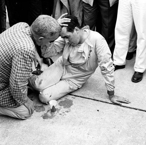 Брэбэм побеждает, толкая свой болид, США, 1959 год