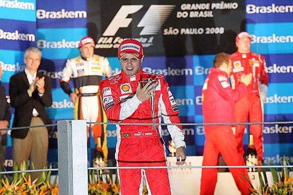 Хэмильтон в последнее мгновение портит Фелипе Масса, домашнюю гонку, Бразилия, 2008 год.
