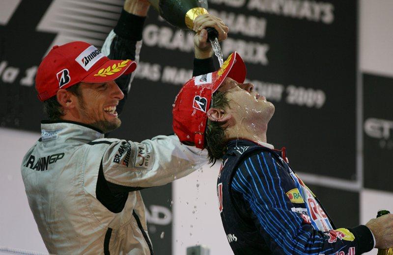 Победитель гран-при Себастьян Феттель в брызгах шампанского чемпиона Дженсона Баттона, 2009 год