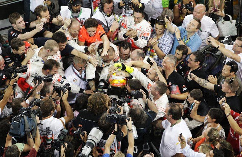Счастиливый Хэмильтон, в объятиях механиков Макларен, после душевной победы на Яс-Марина в 2011 году.