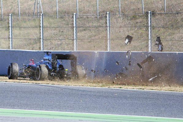 Авария Алонсо на предсезонных тестах в Барселоне 2015 года