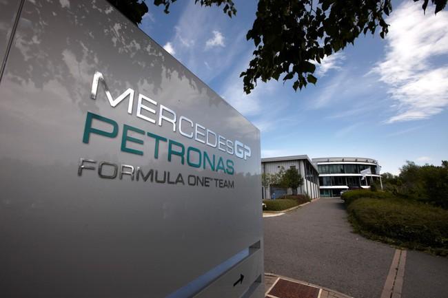База команды Мерседес АМГ Петронас Ф1 в Брекли