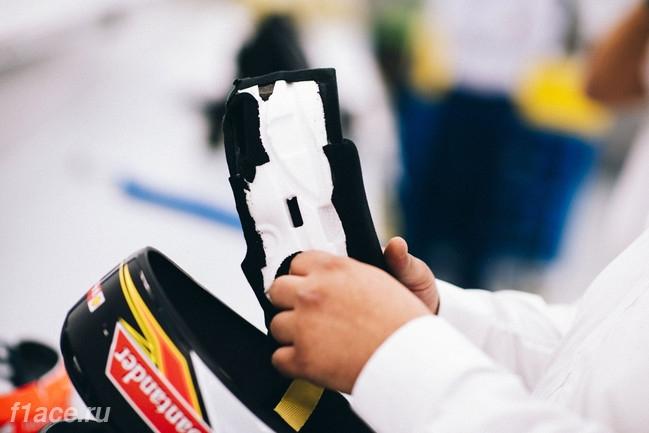 Финальные штрихи в создании шлема пилота Формулы 1 Кими Райкконена