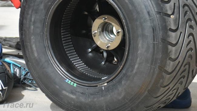 Обновления болида Уильямс FW37 в Бахрейне.Уильямс FW37, Девиаторы потока внутри задних колёс, Бахрейн 2015