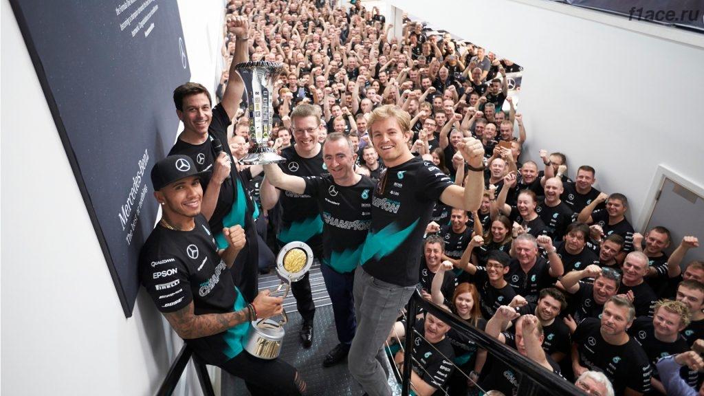Мерседес празднует второй чемпионский титул
